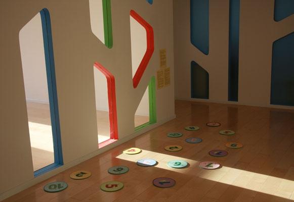 其课程设计结合了音乐,舞蹈,游戏,体操,运动等多种元素,通过充满乐趣
